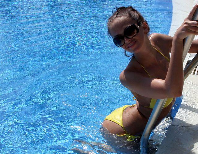 Hot cam girl Kate in bikini
