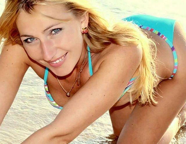 Hot blonde cam girl in bikini