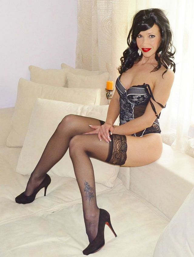 Hot MILF Anna in black lingerie & stockings