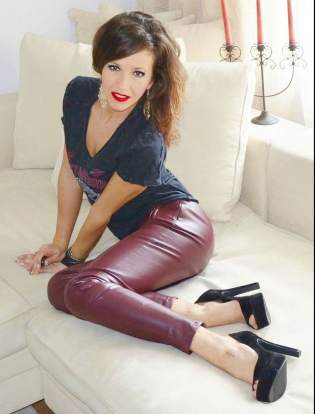 Hot lady Anna in new leather pants