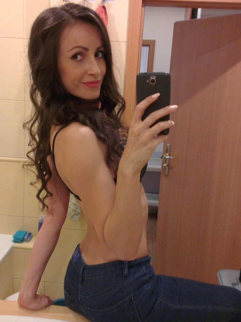 Cam girl Julia in tight blue jeans
