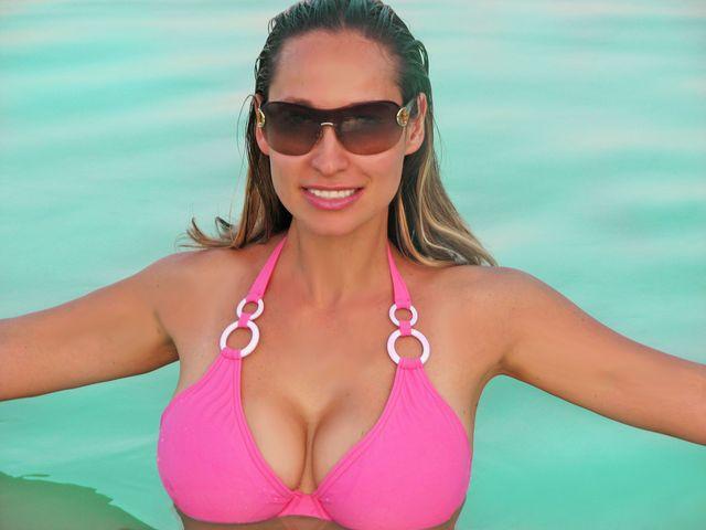 Hot, busty MILF Emanuelle in new bikini
