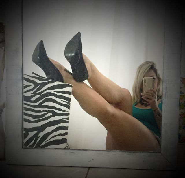 Hot cam slut Vanessa - sexy legs