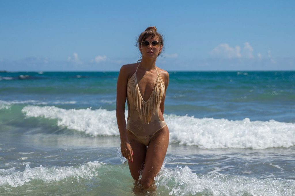 Young camgirl Helen in new bikini
